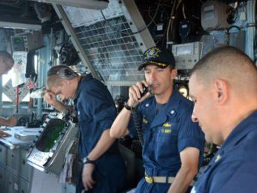 MIAMI, U.S.A. – USS Gary commanding officer, Cmdr. James E. Brown, giving instructions to his crew from the bridge on Jan. 20. (Courtesy of Raúl Sánchez-Azuara/Diálogo)