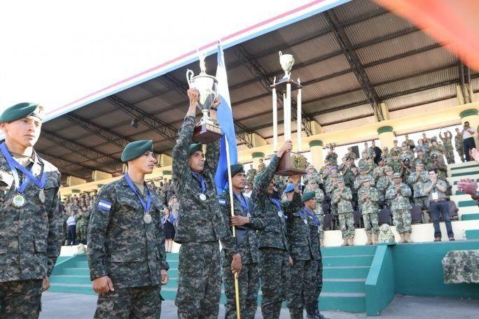 A equipe de Honduras, país campeão do exercício Fuerzas Comando 2017, mostra os troféus obtidos durante a competição, em 27 de julho. A cerimônia de encerramento foi realizada em Mariano Roque Alonso, no Paraguai. O evento é patrocinado pelo Comando Sul dos EUA e executado pelo Comando de Operações Especiais Sul. (Foto: Sargento Joanna Bradshaw, Exército dos EUA)