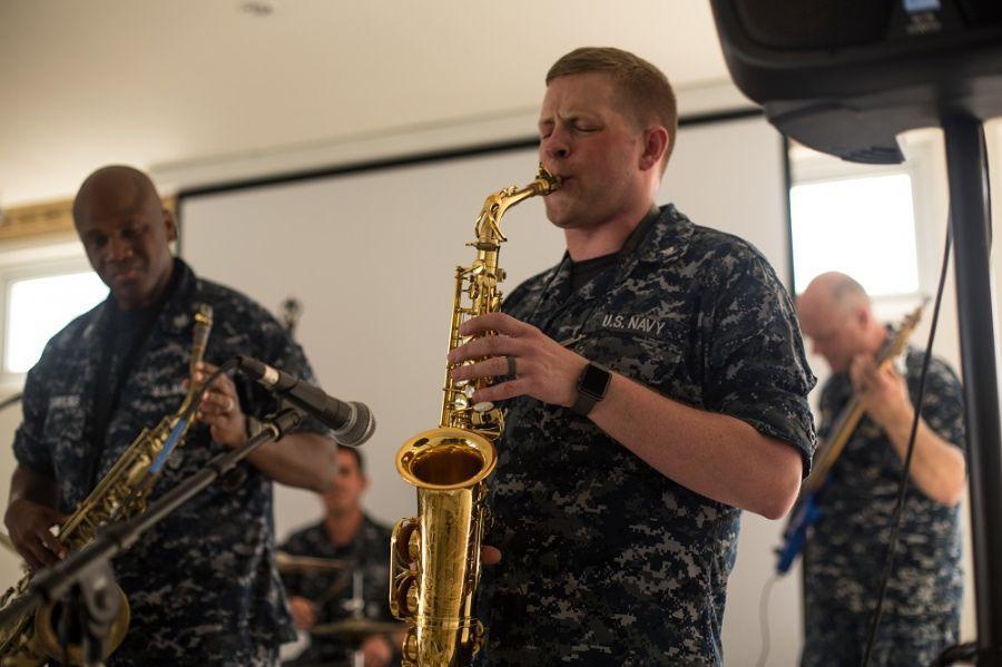 O músico Cabo da Marinha dos EUA Kent Grover alegra uma reunião de alunos na Fundação Integrar, uma escola para estudantes com necessidades especiais, em San Pedro Sula, Honduras. (Foto: Cabo da Marinha dos EUA Brianna K. Green)
