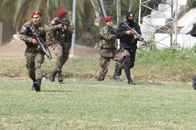 FES Troops receive comprehensive tactical training to fight crime. [Photo: Gloria Cañas]
