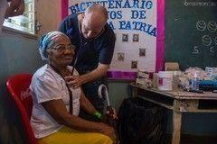 El Capitán de Fragata de la Marina de los EE. UU. Jerry Chandler, cardiólogo y especialista en medicina interna, asignado al Centro Médico Naval en Portsmouth, Virginia, examina a un paciente hondureño en el centro médico de la misión Promesa Continua (CP-17, por sus siglas en inglés) en Trujillo, Honduras. (Foto: Brittney Cannady, Especialista en Comunicación Masiva Segunda Clase/Cámara de Combate de la Marina de los EE. UU.)</br>CP-17 es un despliegue patrocinado por el Comando Sur de los EE. UU. y llevado a cabo por las Fuerzas Navales del Comando Sur para efectuar operaciones cívico-militares, que incluyen asistencia humanitaria, encuentros de entrenamiento y apoyo médico, odontológico y veterinario, como parte de un esfuerzo para demostrar el apoyo y el compromiso de los EE. UU. con Centro y Sudamérica.