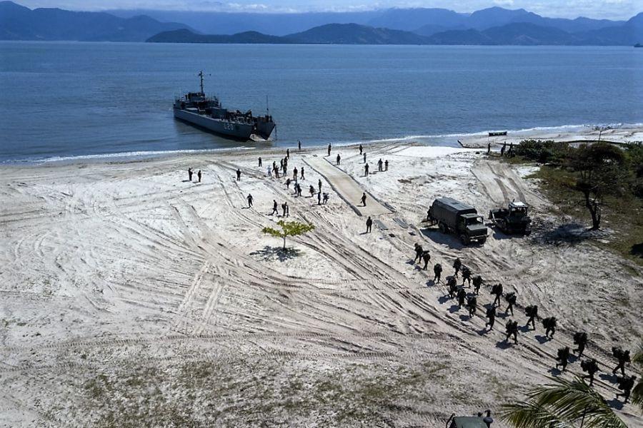 Fuzileiros Navais do Brasil desembarcam na Ilha da Marambaia, no dia 27 de agosto. O UNITAS 2019 reuniu mais de 3.500 militares de 12 nações parceiras. (Foto: Wagner Ziegelmeyer, Estúdio Cria)