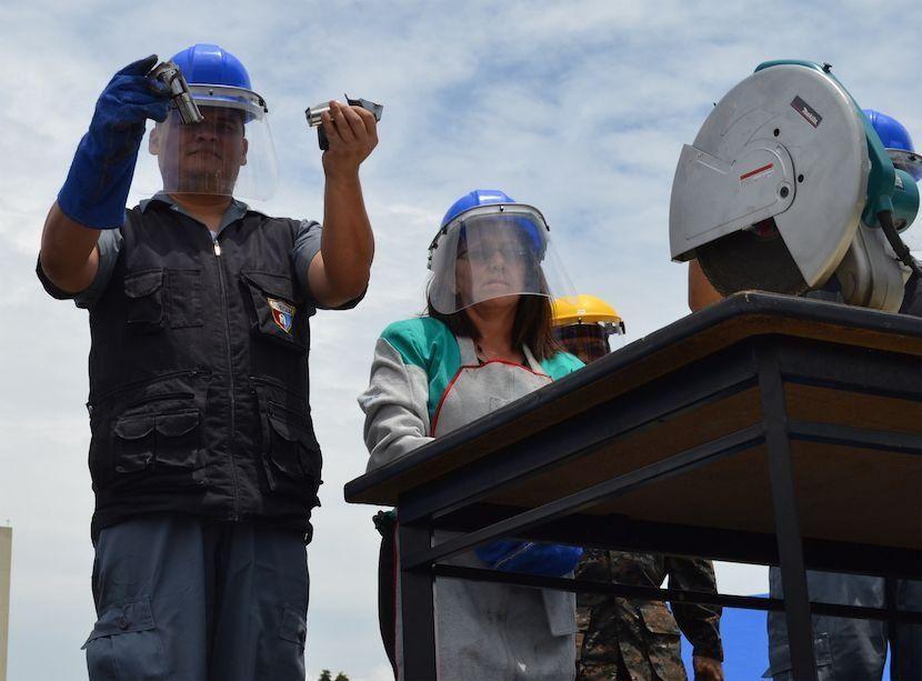 Un operario de la DIGECAM muestra una pistola que fue destruida como parte de un programa del organismo judicial de Guatemala y el Ministerio de la Defensa. Se espera que en el transcurso de dos meses logren la destrucción de 5.409 armas ilegales incautadas por la Policía Nacional Civil. (Foto: Manuel Ordoñez/Diálogo)