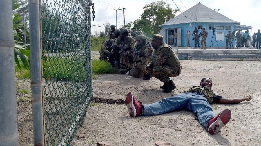 Miembros de la Real Fuerza de Defensa de Bahamas e infantes de la Marina de México se preparan para un movimiento de tropas durante un ejercicio de asalto combinado en Nassau, Bahamas, el 20 de junio. (Foto: Contramaestre Primera Clase de la Marina de los EE.UU. Melissa K. Russell)
