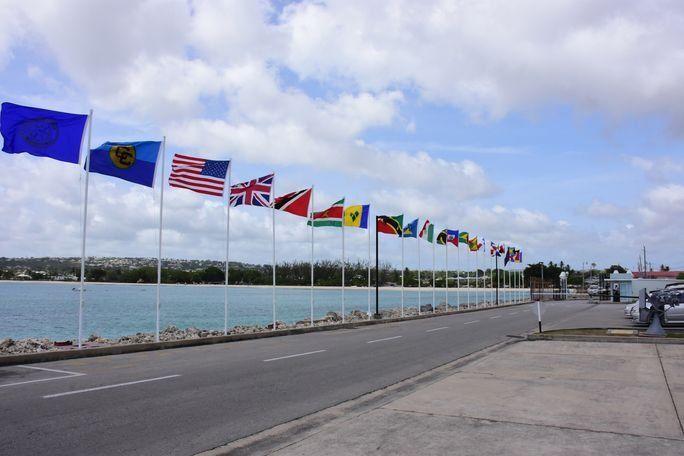 Las banderas de los países participantes en el Ejercicio Tradewinds 2017 en despliegue el 6 de junio. Tradewinds es un ejercicio anual, combinado y con enfoque regional patrocinado por el Comando Sur de los EE. UU. y realizado con el objetivo de aumentar la interoperabilidad de las naciones participantes y mejorar la seguridad en el Caribe. (Foto: 246Paps Photography)