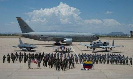 Membros da Força Aérea da Colômbia (FAC) e da Força Aérea dos EUA posam para uma foto em grupo em frente a uma aeronave colombianaJupiter 767 Multimissão de Transporte e Reabastecimento , de um caça Kfir, um Fighting Falcon F-16 e um A-10 Thunderbolt II, ambos da Força Aérea americana na pista da Base da Força Aérea Davis-Monthan, no Arizona, no dia 13 de julho de 2018. Seis Kfirs colombianos do Esquadrão de Combate N.º 111 da FAC chegaram para treinar com os F-16 da 162ª Ala e com os A-10 Thunderbolt II do 354º Esquadrão de Combate, em preparação para o Red Flag 18-3. (Foto: Terceiro-Sargento da Força Aérea dos EUA, Angela Ruiz)
