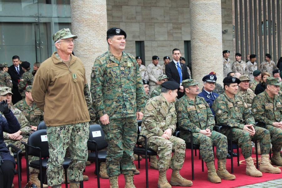 U.S. Admiral Craig S. Faller, commander of U.S. Southern Command, and Chilean Army General Ricardo Martínez, commander in Chief, at the closing ceremony, pose with Comandos Colombia. The Colombian team won Fuerzas Comando for the 10th time in the 15th edition of the tactical competition that tests expertise and resilience. (Photo: Geraldine Cook, Diálogo)