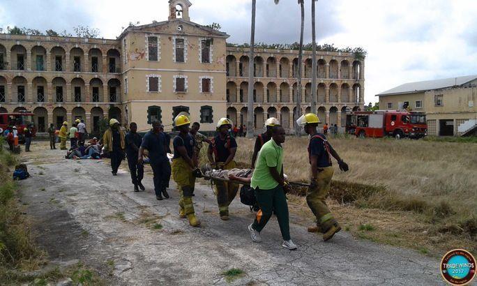 Los soldados evacúan a turistas atrapados durante el colapso simulado del Centro Turístico Glendairy, como parte del Ejercicio Tradewinds 2017, el 10 de junio. (Foto: Soldado Shimar Gollop, Fuerza de Defensa de Barbados)