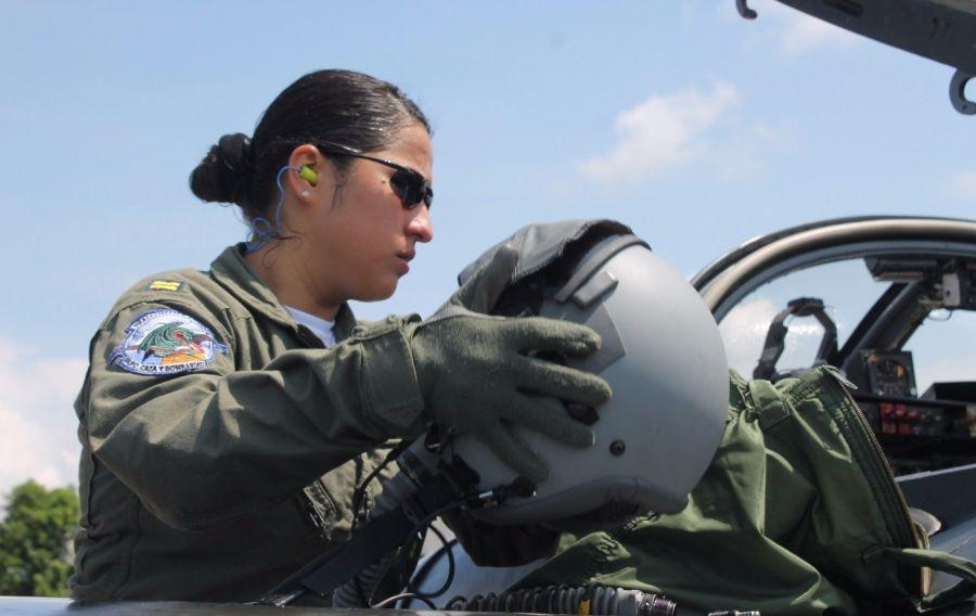 With a sky full of dreams, First Lieutenant Aviator Pilot María Elena Mendoza Quan de Rivas, of the Salvadoran Air Force, was certified as the first female Central American combat pilot to fly U.S. Cessna A-37B attack aircraft, according to an August 11th report from the Minister of National Defense.