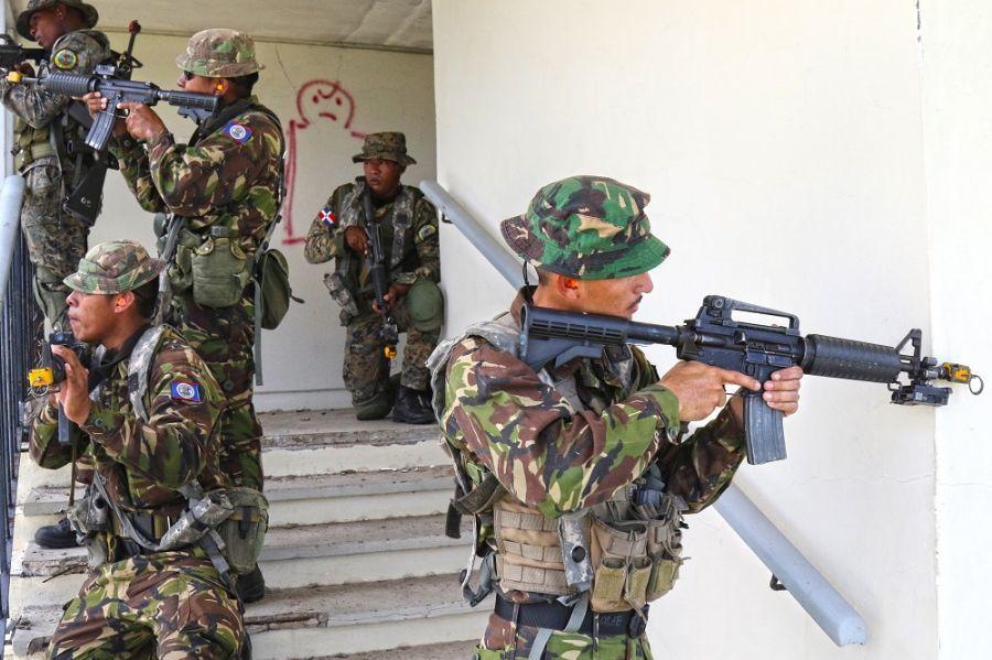 Unidades da Força de Defesa de Belize e do Exército da República Dominicana realizam treinamento de combate em espaços limitados durante um exercício tático combinado em Basseterre, São Cristóvão e Neves, no dia 11 de junho de 2018. (Foto: Segundo-Sargento da Guarda Nacional do Exército dos EUA Shane Hamann)O Comando Sul dos EUA (SOUTHCOM) promoveu o exercício Tradewinds 2018, que reuniu no Caribe mais de 1.000 militares, policiais e pessoal de resgate de 22 países, entre os dias 4 e 21 de junho. O exercício anual multinacional tem o objetivo de aprimorar as capacidades das forças de defesa caribenhas. O Tradewinds 2018, realizado em São Cristóvão e Neves e nas Bahamas, se concentrou no combate ao crime organizado transnacional e na realização de operações de ajuda em desastres, através de treinamento especializado e situações simuladas.