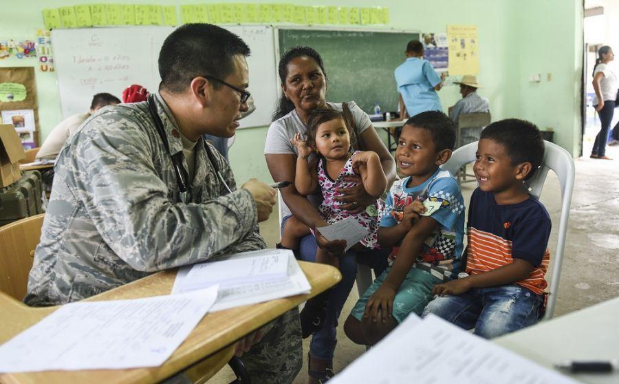 O Major da Força Aérea dos EUA Christopher Segura, pediatra no esquadrão de operações médicas, fala com uma família em Coclé, no Panamá, em 11 de maio de 2018. (Foto: Cabo da Força Aérea dos EUA Dustin Mullen)O Comando Sul dos EUA (SOUTHCOM) patrocinou o exercício Novos Horizontes 2018, destacando mais de 350 militares ao Panamá entre 11 de abril e 20 de junho. A missão forneceu assistência médica gratuita aos residentes de três províncias panamenhas e concluiu a construção de três escolas, um centro comunitário e uma ala hospitalar feminina na região de Darién.