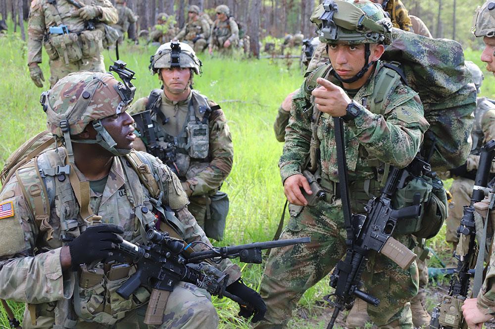 Um soldado do Exército dos EUA (à esq.) e um soldado do Exército da Colômbia (à dir.) treinam juntos no Centro de Treinamento Conjunto de Prontidão (JRTC, em inglês), em Fort Polk, Luisiana, no dia 9 de junho de 2021. O Exército da Colômbia é o segundo exército sul-americano a realizar treinamento bilateral com uma unidade do Exército dos EUA, como parte de um rodízio do JRTC. (Foto: Relações Públicas do JRTC)