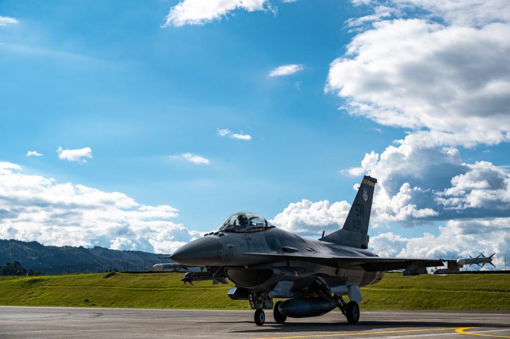 Um piloto do 79º Esquadrão Expedicionário de Caças da Força Aérea dos EUA voa em um caça F-16 Fighting Falcon da Força Aérea dos EUA, durante o Exercício Relâmpago VI, no 5º Comando Aéreo de Combate (CACOM 5) em Rionegro, Colômbia, no dia 12 de julho de 2021. O Relâmpago VI oferece treinamento conjunto e melhora a prontidão dos militares dos EUA e das nações parceiras, através de treinamento de interoperabilidade. (Foto: Cabo Jacob Gutierrez, da Força Aérea dos EUA)