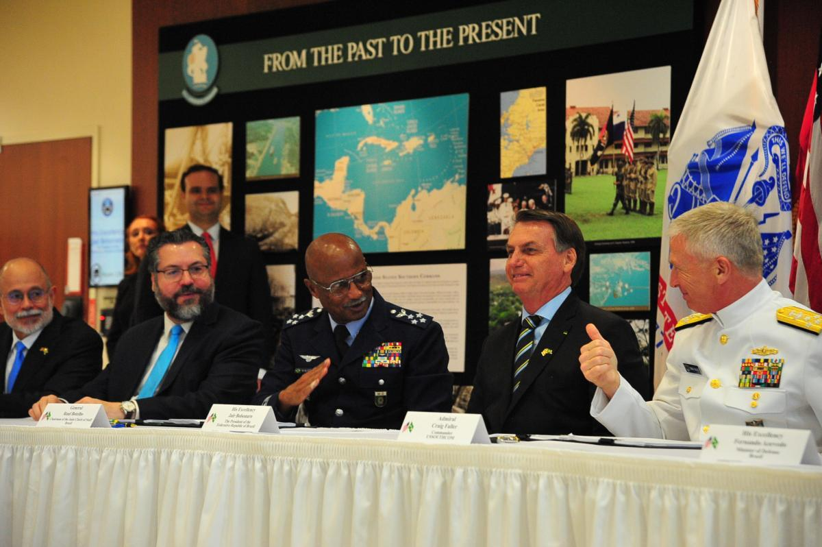 Chief of the Brazilian Armed Forces' Joint Staff, Air Force General Raul Botelho (third from L), and U.S. Navy Admiral Craig S. Faller (R), SOUTHCOM commander, sign a bilateral agreement on Research Development, Test and Evaluation Projects that will expand opportunities to collaborate on new defense capabilities, as Brazilian President Jair Bolsonaro (fourth from L) looks on, March 8. (Photo: Juan Chiari/SOUTHCOM)