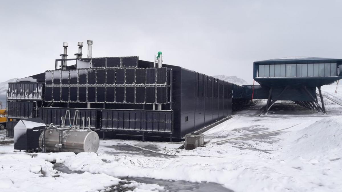 Para producir energía, Las turbinas eólicas instaladas junto a la Estación Antártica Comandante Ferraz aprovechan los vientos de la región, que pueden alcanzar 200 kilómetros por hora. Cerca del 30 por ciento de la energía consumida en el centro de investigación es generada de fuentes renovables en el lugar. Además de utilizar energía eólica, la estación emplea paneles solares y motores diésel. (Foto: Marina de Brasil)