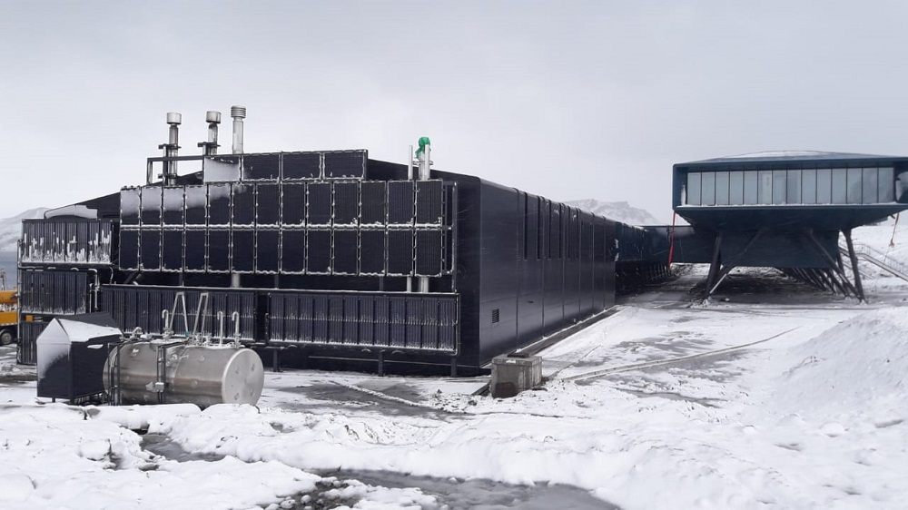 Solar panels at the Brazilian station in Antarctica were installed vertically on the structure. The goal is to take advantage of the sun, which in Antarctica remains positioned along the horizon and never above the structure. (Photo: Brazilian Navy)