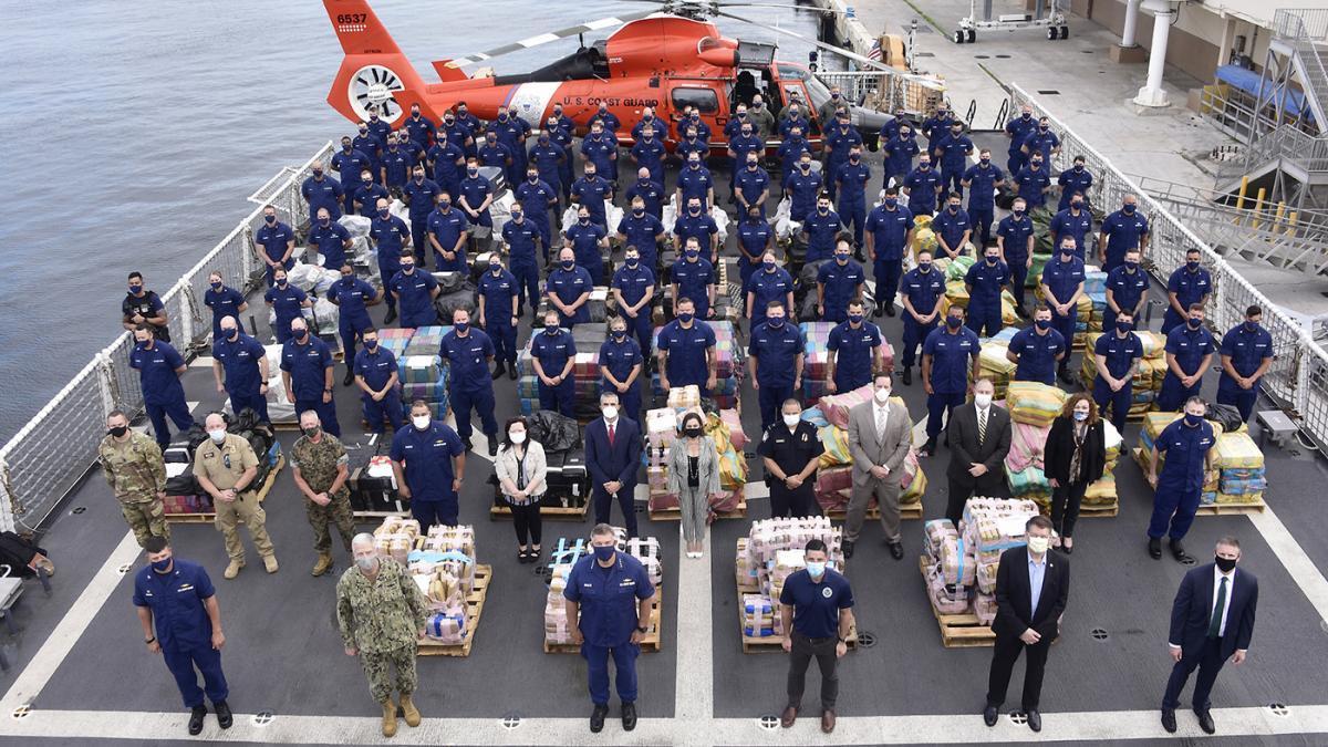 A tripulação do navio USCGC James da Guarda Costeira dos EUA e os parceiros interagenciais posam junto a 13,6 toneladas métricas de narcóticos interditados em Port Everglades, Flórida, no dia 9 de junho de 2020. (Foto: Cabo da Guarda Costeira dos EUA Brandon Murray)