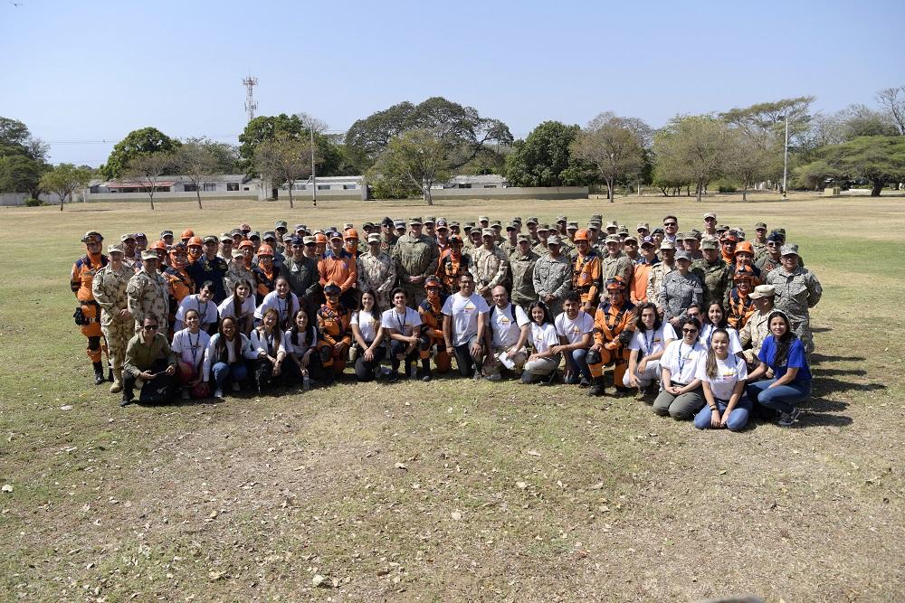 Asistentes a la ceremonia de apertura del Ejercicio Vita posan para una foto grupal en la Base Aérea Buenavista, Colombia, el 9 de marzo de 2020. (Foto: Sargento Segundo de la Fuerza Aérea de los EE. UU. Daniel Owen)
