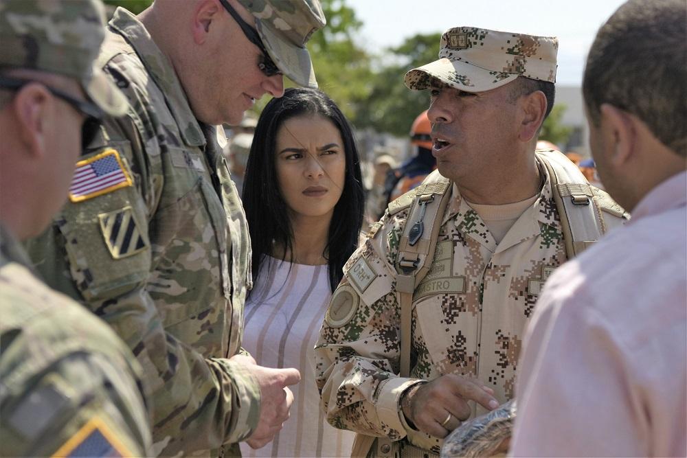 O Coronel do Exército da Colômbia Carlos Castro Pinzón (à dir.), comandante da Força-Tarefa de Armas Combinadas, e o Coronel do Exército dos EUA Steven Barry (à esq.), comandante da Força-Tarefa Conjunta Bravo, discutem as operações do exercício na cerimônia de abertura do Exercício Vita, na Base Aérea de Buenavista, Colômbia, no dia 9 de março de 2020. A cerimônia marcou formalmente o início do exercício, que reúne as forças dos EUA e da Colômbia em operações humanitárias e de ação cívica. (Foto: Segundo-Sargento da Força Aérea dos EUA Daniel Owen)