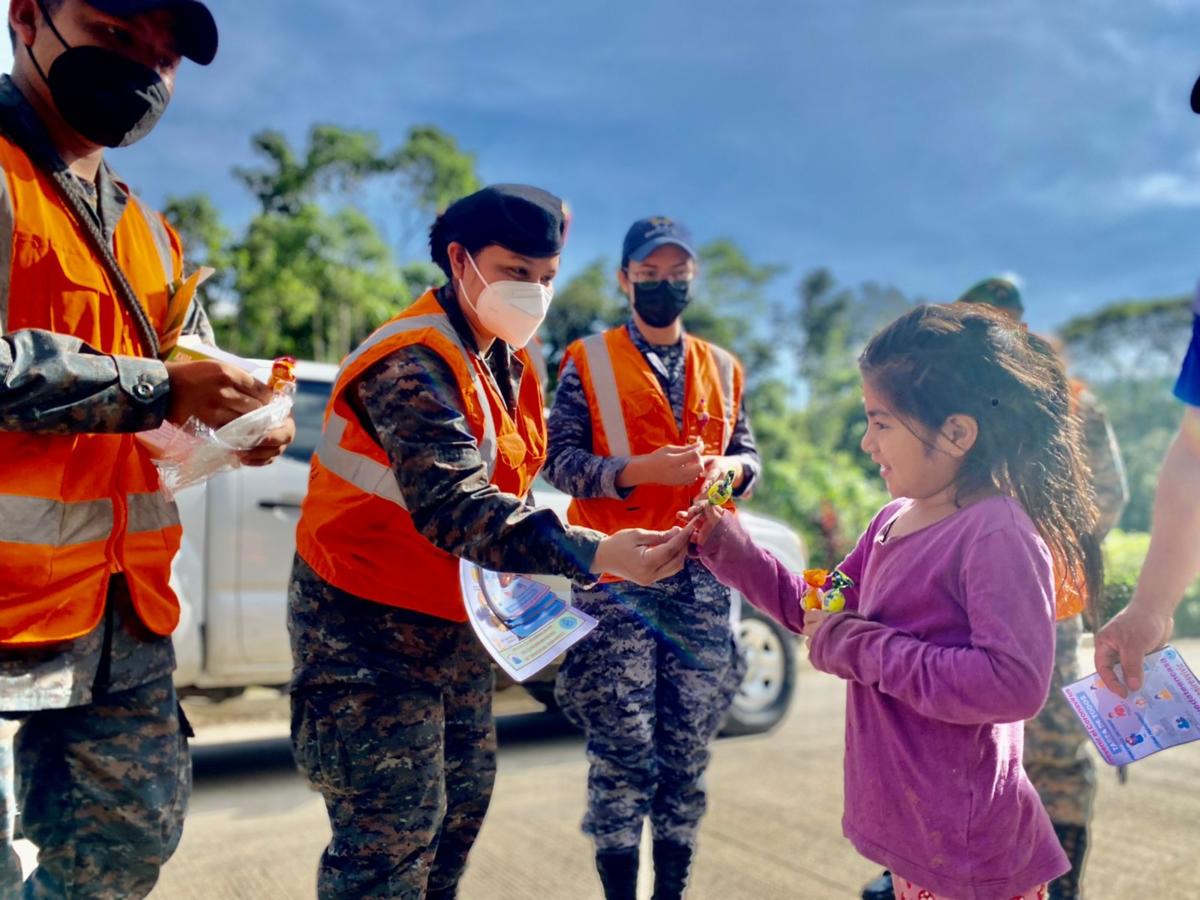 El Comando Regional de Entrenamiento de Operaciones de Mantenimiento de Paz del Ejército de Guatemala, ubicado en la ciudad de Cobán, región de Alta Verapaz, en Guatemala, realiza operaciones de coordinación cívico-militar y asistencia humanitaria. CREOMPAZ es un reconocido comando regional de entrenamiento de militares, que participa en misiones de paz de la Organización de las Naciones Unidas. (Foto: Ejército de Guatemala)