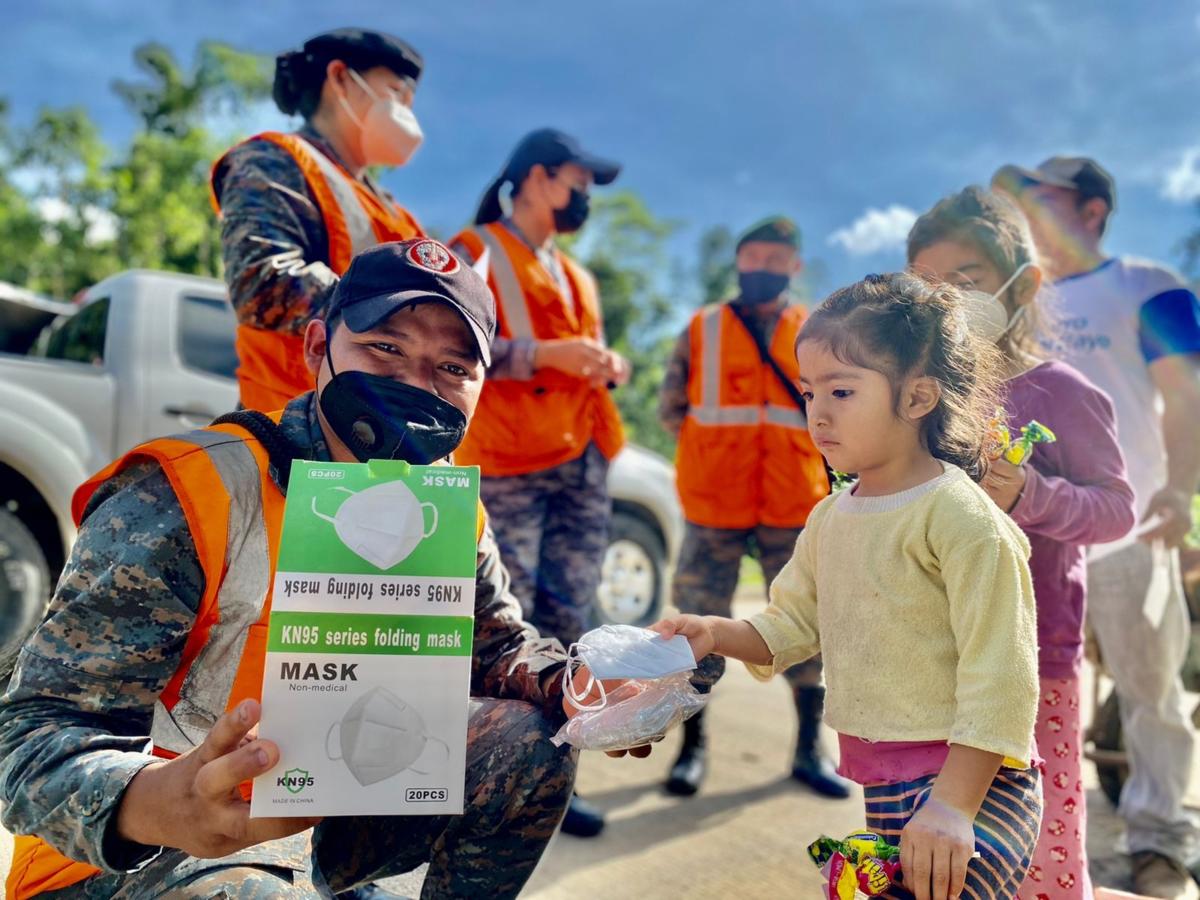 Un militar del Ejército de Guatemala muestra mascarillas donadas junto con otros equipos por el Comando Sur de los EE. UU., para ser distribuidas entre la población de Cobán y otras regiones del país. (Foto: Ejército de Guatemala)