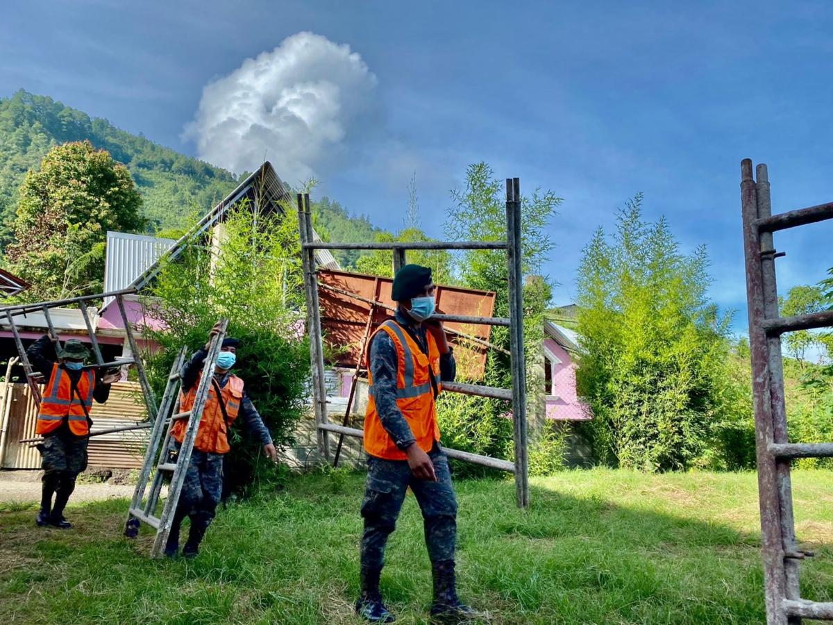 La reconstrucción de escuelas y casas es parte de las actividades regulares de los militares del CREOMPAZ. (Foto: Ejército de Guatemala)