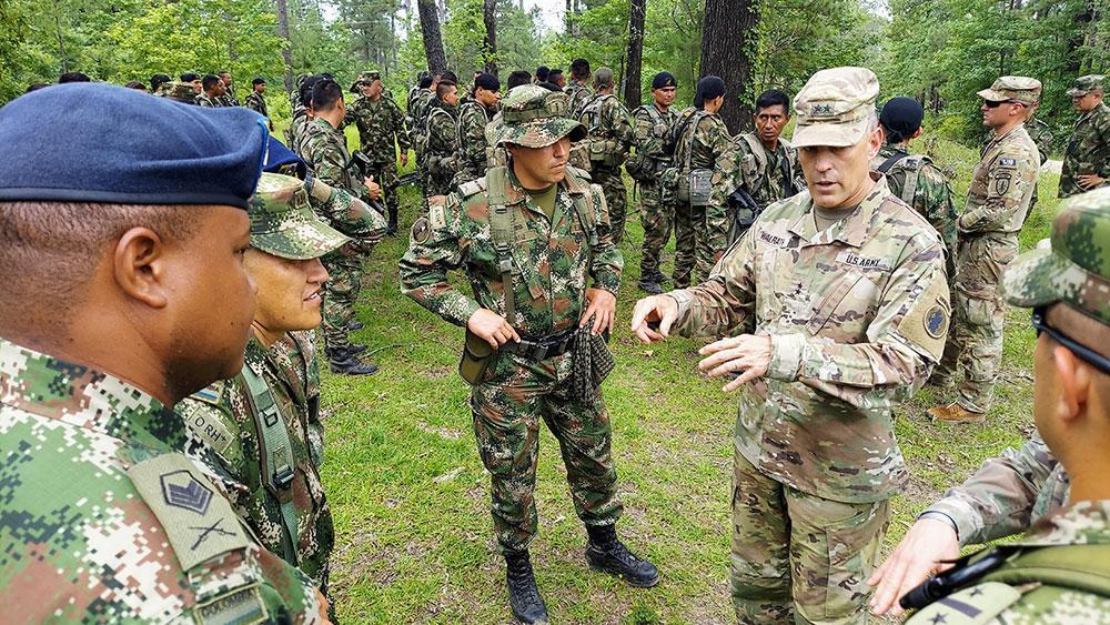 El General de División Daniel R. Walrath (der.), comandante general del Ejército Sur de los EE. UU., da la bienvenida a soldados colombianos, durante una visita al JRTC en Fort Polk, Louisiana, el 9 de junio de 2021. El Ejército de Colombia es el segundo ejército sudamericano en realizar entrenamiento bilateral con una unidad del Ejército de los EE. UU., en el marco de una rotación del JRTC. (Foto: Donald Sparks/Ejército Sur de los EE. UU.)