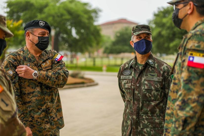 General de Brigada do Exército Brasileiro Alcides V. Faria Junior (à dir.), subcomandante geral de Interoperabilidade do Exército Sul dos EUA (ARSOUTH, em inglês), se reúne com o adido de Defesa do Exército Chileno, General de Brigada Pedro Varela (à esq.), na Base Conjunta de San Antonio, em Forte Sam Houston, Texas, no dia 15 de abril de 2021. O Gen Bda Varela visitou a sede do ARSOUTH e o Centro Médico Brooke do Exército para realizar engajamentos essenciais de liderança com líderes seniores, compreender as atividades de cooperação de segurança entre ambos os exércitos e aprender mais sobre os sistemas de tratamento médico dos EUA para os militares. (Foto: Soldado do Exército dos EUA Joshua Taeckens)