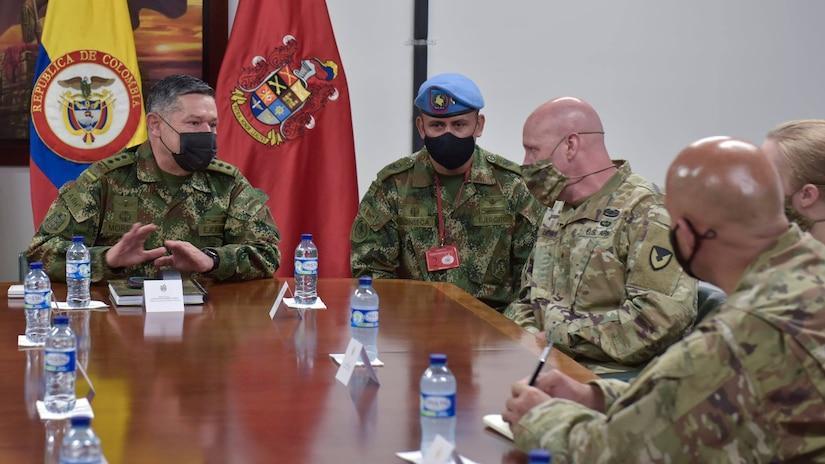 O General de Brigada Carlos Moreno (à esq.), vice-comandante do Exército da Colômbia, instrui o General de Brigada Douglas Lowrey (terceiro, da esq. à dir.), comandante do Comando de Assistência à Segurança do Exército dos EUA, durante um engajamento chave de lideranças na base do Exército da Colômbia, em Bogotá, no dia 5 de abril de 2021. O Gen Bda Lowrey e sua equipe visitaram diversos lugares para conhecer o impacto da assistência à segurança dos EUA e do programa de vendas militares ao exterior, em apoio aos militares colombianos que defendem seu país das ameaças do narcotráfico e do terrorismo. (Foto: Richard Bumgardner/Comando de Assistência à Segurança do Exército dos EUA)