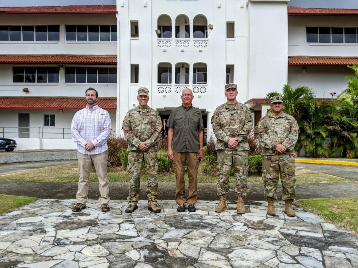 A delegação do Exército Sul dos EUA (ARSOUTH, em inglês) posa na frente do Forte Clayton, o antigo edifício do quartel-general do ARSOUTH no Panamá, durante uma visita ao país da América Central, em abril de 2021. (Foto: Exército Sul dos EUA)