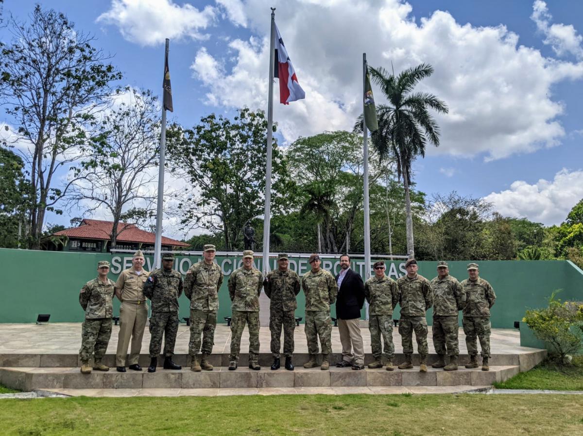 A delegação do ARSOUTH, a equipe do Departamento de Defesa dos EUA e a liderança do Serviço Nacional de Fronteiras do Panamá (SENAFRONT), durante uma visita à sede do SENAFRONT, na Cidade do Panamá, em abril de 2021. (Foto: Exército Sul dos EUA)