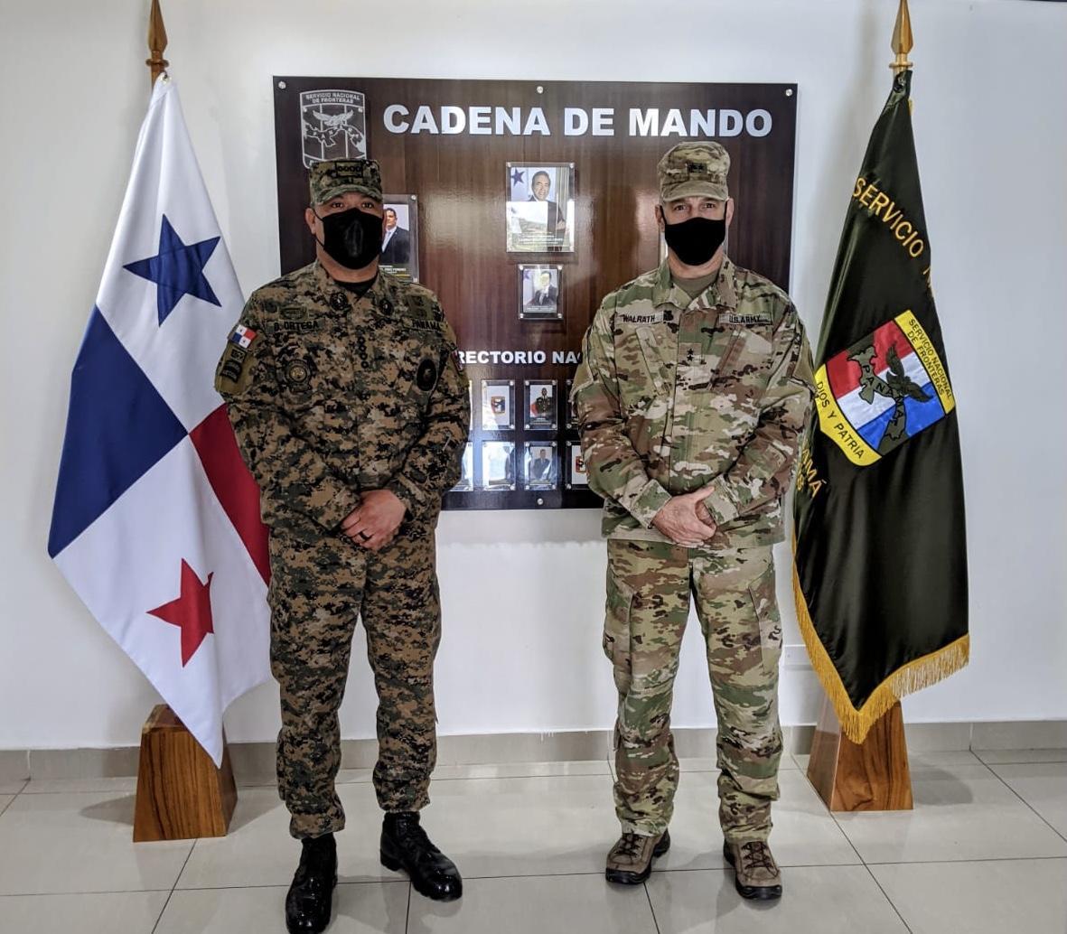 O Comissário Oriel Ortega, diretor geral do SENAFRONT, posa com o General de Brigada Daniel R. Walrath, comandante geral do ARSOUTH, no quartel-general do SENAFRONT, na Cidade do Panamá, em abril de 2021. (Foto: Exército Sul dos EUA)