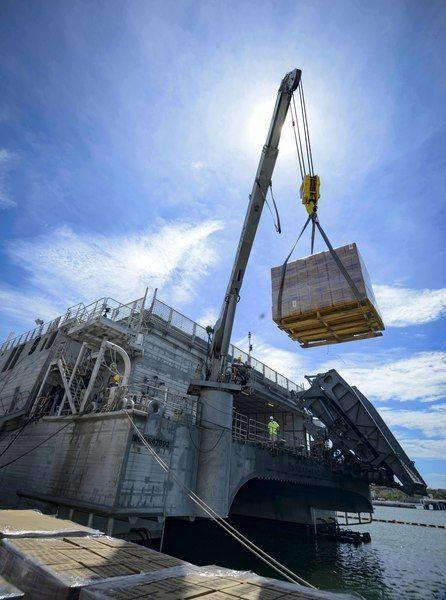 Pessoal civil do Corpo de Fuzileiros Navais dos EUA destacados no Comando Militar Aerotransportado carregam paletes de alimentos para as pessoas afetadas pelo furacão Irma a bordo da embarcação de transporte rápido expedicionário USNS Spearhead (T-EPF 1), na Estação Naval Baía de Guantanamo. O Departamento de Defesa dos EUA está dando apoio à Agência Federal de Gestão de Emergências, oprincipal órgão do governo, na ajuda aos afetados pelo furacão Irma. (Foto: Especialista em Comunicação de Massas de 3ª Classe da Marinha dos EUA Kristen Cheyenne Yarber)