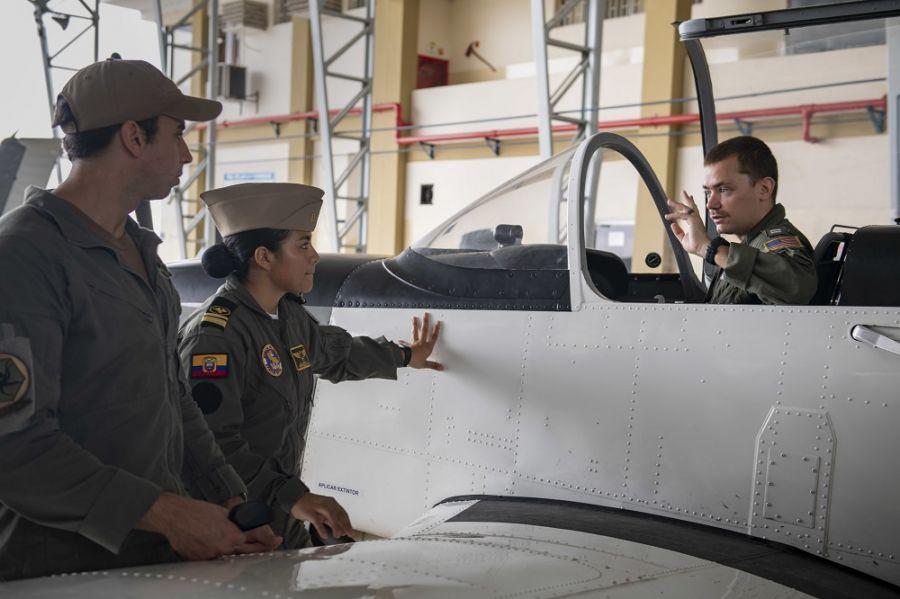 La Teniente de Fragata Andrea Añazco, centro, piloto de la Marina del Ecuador, habla con marineros del Escuadrón de Helicópteros de Combate Naval 28 Dragon Whales, asignado al USNS Comfort, durante un recorrido por una base militar ecuatoriana. (Foto: Contramaestre Segunda Clase de la Marina de los EE. UU. Morgan K. Nall)