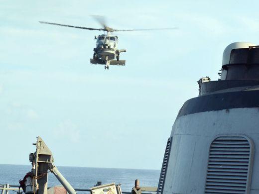 MIAMI, EUA – O helicóptero Sea Hawk SH-60B, do Esquadrão Antissubmarino Light Four Nine, se prepara para aterrissar no deque do USS Gary em 20 de janeiro. O navio está sendo usado pela Operação Martillo, uma missão internacional que tenta coibir as rotas do tráfico ilícito nas duas costas da América Central. (Cortesia de Raúl Sánchez-Azuara/Diálogo)