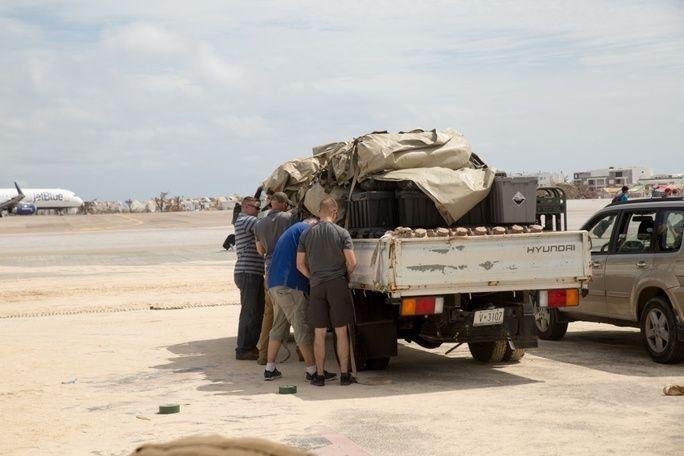 Infantes de marina de los EE. UU. con la Fuerza de Tarea Conjunta-Islas de Sotavento (JTF-LI, por sus siglas en inglés) descargan de un camión las piezas para un sistema ligero de purificación de agua en un sitio de purificación de agua en San Martin, el 14 de septiembre. El sistema permite a los infantes de marina purificar aproximadamente 1.800 galones de agua al día, para suministrar a las comunidades de la isla afectadas por el huracán Irma. A solicitud de países amigos, la JTF-LI desplegó una aeronave y personal de servicio en áreas del mar Caribe occidental afectadas por el huracán Irma. La fuerza de tarea es una unidad de las Fuerzas Armadas de los EE. UU. compuesta por infantes de marina, soldados, marinos y pilotos, y representa la respuesta primaria del Comando Sur de los EE. UU. al huracán Irma. (Foto: Sargento del Cuerpo de Infantería de Marina de los EE. UU Ian Leones)