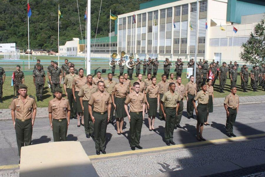 Presentation of the olive-green beret ceremony to graduates of the Individual Basic Instruction Phase, part of the training that athletes have to complete to become service members. (Photo: Jorge da Silva Rodrigues)</br>The Brazilian Ministry of Defense's High Performance Athlete Program (PAAR, per its Portuguese acronym) counts nearly 700 athletes from the Navy, Army, and Air Force. In February 2017, the Brazilian Army (EB, per its Portuguese acronym) opened up new spots for athletes wishing to enter the program and join the Brazilian Armed Forces. This photo essay highlights the careers of a few Brazilian military athletes and their recent achievements.