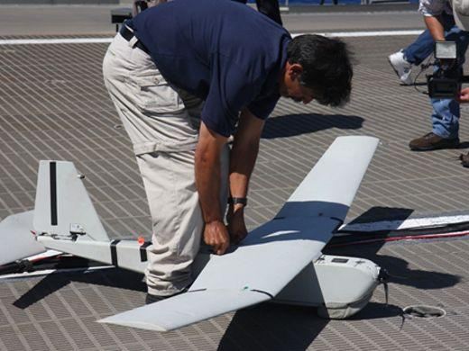 KEY WEST, U.S.A. – The operator of a PUMA unmanned aerial vehicle prepares to launch it off the deck of the HSV 2 Swift in southern Florida. These remote-controlled airplanes can provide key details of the cargo and crew aboard a suspect vessel. (Sandra Marina/Diálogo)