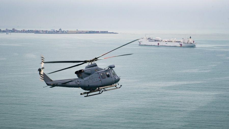 Um helicóptero peruano Bell 412 voa junto ao Navio-Hospital USNS Comfort da Marinha dos EUA. O USNS Comfort estava no Peru em uma missão médica de cinco dias, onde mais de 4.500 pacientes foram atendidos e mais de 100 cirurgias foram realizadas pelo pessoal médico a bordo da embarcação. (Foto: Terceiro-Sargento da Marinha dos EUA Morgan K. Nall)