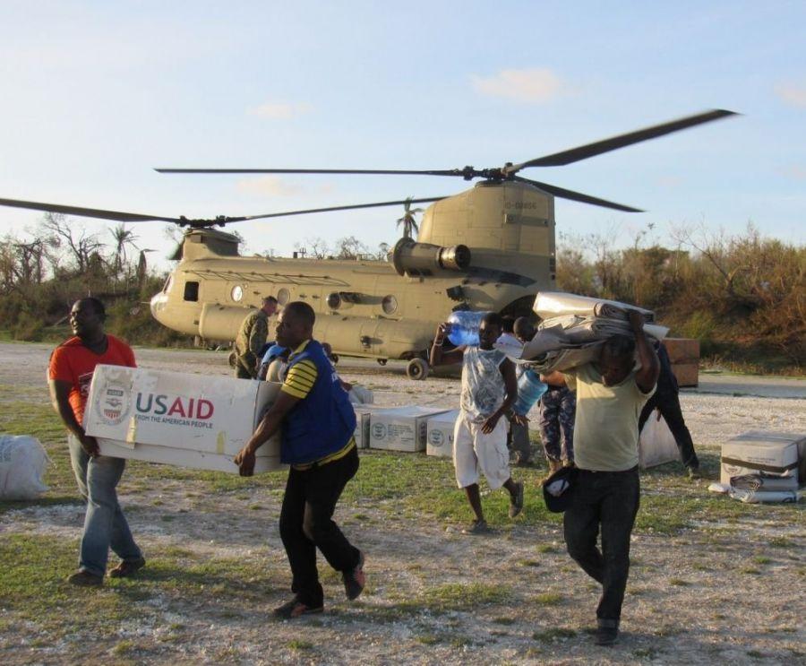 Efectivos de la Fuerza de Tarea Conjunta Matthew y representantes de la Agencia de los EE. UU.para el Desarrollo Internacional entregan suministros de ayuda en las zonas afectadas por el huracán Matthew en Jeremie, Haití, el 7 de octubre de 2016. (Foto: Cap. Tyler Hopkins/Cuerpo de Infantería de Marina, Sur)