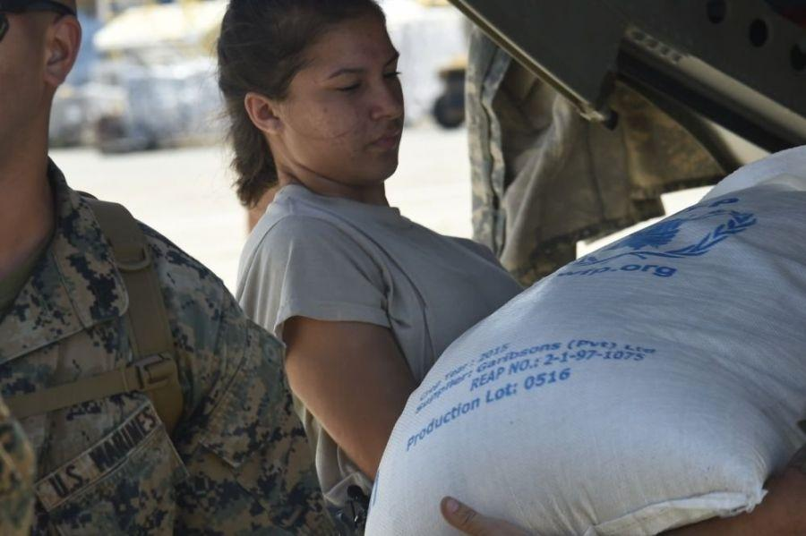 La Aviadora de 1era Clase Elizabeth Fischer, del 621.º Ala de Respuesta ante Contingencias, facilita el transporte de comida y provisiones para las víctimas del huracán Matthew en Haití, el 9 de octubre del 2016. (Foto: Sgto. Robert Waggoner/Fuerza Aérea de los EE. UU.)