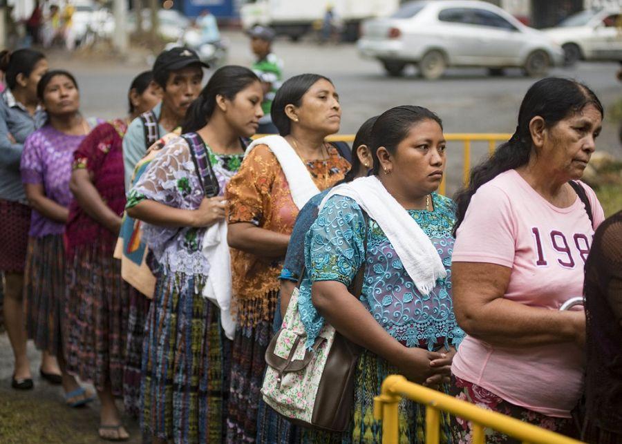 Miembros del grupo étnico guatemalteco kekchí esperan su turno en el Complejo Deportivo de Puerto Barrios, convertido en centro médico, en Puerto Barrios, Guatemala. (Foto: Especialista Primera Clase en Comunicación Masiva de la Marina de los EE. UU. Mike DiMestico)</br>La campaña humanitaria Promesa Continua 2018 (CP-18 en inglés) hizo una parada en Puerto Barrios, Guatemala, en la segunda etapa de su misión a bordo del USNS Spearhead, entre el 9 y el 18 de abril. La misión, patrocinada por las Fuerzas Navales del Comando Sur de los EE. UU., proporcionó asistencia humanitaria y atención médica gratuita a los guatemaltecos, con el apoyo del Gobierno de Guatemala, el Ejército de Guatemala y organizaciones locales.  Más de 6700 personas recibieron consultas y servicios especializados de pediatría, optometría, ginecología y odontología, entre otros.