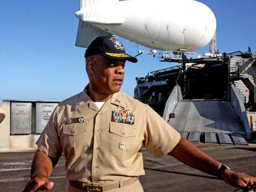 CAYO HUESO, EE.UU. – El Contraalmirante Sinclair Harris, comandante de la 4.a Flota de la Armada estadounidense, antes abordar el HSV-2 Swift el 26 de abril en el sur de Florida para probar nuevas tecnologías que ayuden la lucha contra el narcotráfico. (Sandra Marina/Diálogo)
