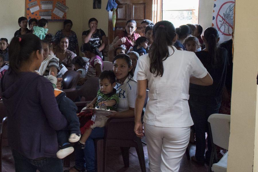 Mães e seus filhos esperam para serem atendidos por médicos da Força-Tarefa Conjunta Bravo (JTF-Bravo, em inglês), durante um Exercício de Treinamento de Prontidão Médica (MEDRETE, em inglês) Pediátrica, no dia 23 de maio de 2019, em La Paz, Honduras. As missões do MEDRETE permitem que as equipes médicas da JTF-Bravo treinem em suas áreas de especialização, enquanto prestam serviço e fortalecem a parceria com a nação anfitriã. (Foto: Terceiro-Sargento da Força Aérea dos EUA Eric Summers Jr.)
