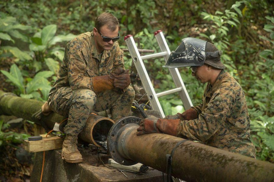 Fuzileiros navais dos EUA na SPMAGTF-SC examinam um cano de água avariado – que afetou cerca de 8.000 pessoas em Trujillo, no estado de Colón, Honduras – antes de iniciarem os reparos, no dia 22 de setembro de 2018. (Foto: Terceiro-Sargento do Corpo de Fuzileiros Navais dos EUA Justin M. Smith)A Força-Tarefa Marítima Aeroterrestre para Fins Especiais, do Comando Sul dos EUA (SPMAGTF-SC, em inglês), reuniu mais de 300 fuzileiros navais e marinheiros, principalmente da Reserva das Forças do Corpo de Fuzileiros Navais dos EUA, para uma missão de seis meses na América Central, de junho a novembro de 2018. Pela primeira vez desde a sua criação em 2014, a SPMAGTF-SC foi destacada como uma força-tarefa multinacional com a participação de três oficiais latino-americanos. A SPMAGTF-SC realiza anualmente treinamentos de cooperação para a segurança, projetos de engenharia e intercâmbios entre especialistas na América Latina e no Caribe. A unidade também se mantém de prontidão para prestar assistência humanitária e auxílio frente a desastres na região.
