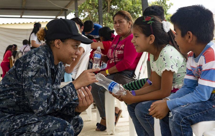 A Cabo da Marinha dos EUA Ariel Janifer interage com um paciente em uma das duas unidades médicas em Paita, Peru, como parte da missão Promessa Duradoura do SOUTHCOM, no dia 3 de novembro de 2018. (Foto: Cabo da Marinha dos EUA Devin Alexondra Lowe.A missão Promessa Duradoura de 11 semanas do Comando Sul dos EUA (SOUTHCOM) reúne mais de 200 médicos, enfermeiros, técnicos e pessoal das nações parceiras a bordo do navio-hospital da Marinha dos EUA USNS Comfort (T-AH 20). O objetivo da iniciativa humanitária na América Latina é ajudar a aliviar a pressão sobre os sistemas médicos nacionais, causada em parte pelo aumento de migrantes através das fronteiras, além de dar apoio às comunidades necessitadas. O USNS Comfort cumpriu a sua primeira etapa em Esmeraldas, Equador, entre os dias 22 e 26 de outubro de 2018. O navio-hospital prosseguiu para Paita, no estado de Piura, Peru, onde permaneceu de 30 de outubro a 5 de novembro, antes de partir rumo à Colômbia e a Honduras.
