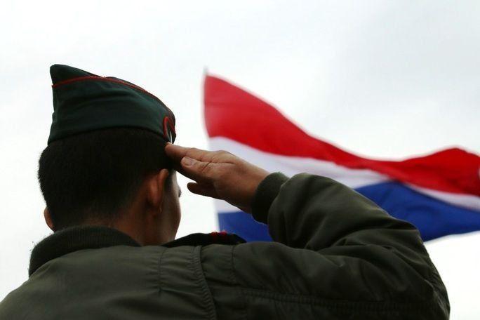 Un elemento de Paraguay saluda a su bandera en Fuerzas Comando 2017. El Ejercicio es una competición patrocinada por el Comando Sur de los Estados Unidos y el programa de becas de combate al terrorismo. (Foto: Sargento 2.º del Ejército de los EE. UU. Chad Menegay)