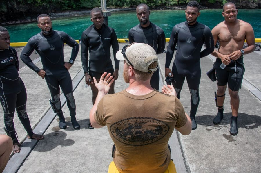 Canadian Forces Petty Officer Second Class Marcel Croteau, clearance diver from Fleet Diving Unit (Atlantic), delivers a post-dive brief with divers from Saint Vincent and the Grenadines, Mexico, the Bahamas, and Trinidad and Tobago, during Exercise Tradewinds 19 in Saint Vincent and the Grenadines, June 2, 2019. (Photo: Canadian Forces Master Corporal True-dee McCarthy)
