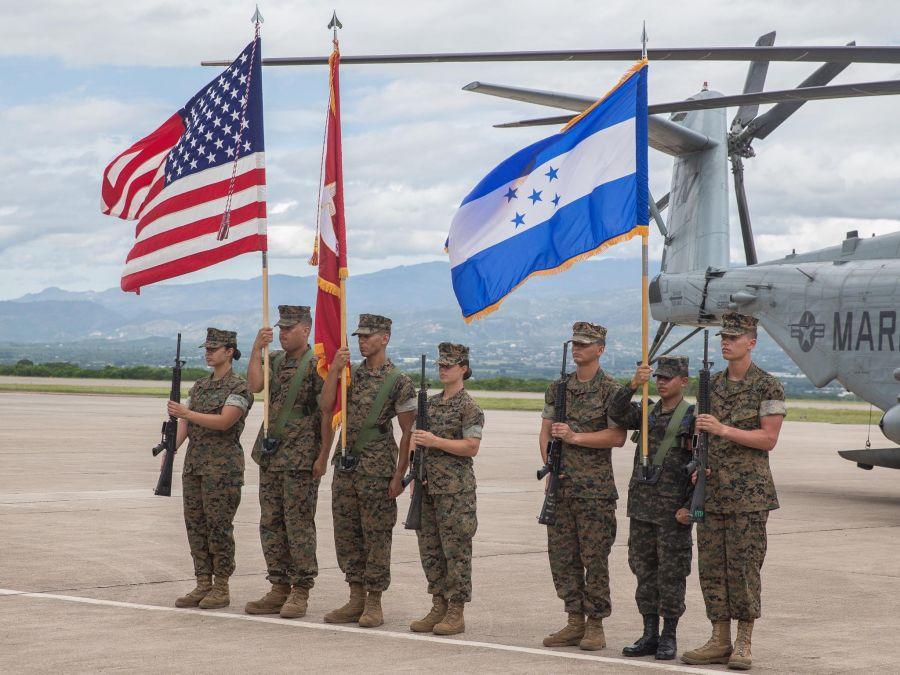 Infantes de marina, marineros y oficiales militares de las naciones socias de los EE. UU., de la Fuerza de Tarea Marina Aeroterrestre de Propósito Especial del Comando Sur (SPMAGTF-SC), junto con militares de las naciones socias de Belice, Brasil, Colombia, Guatemala, Honduras, Perú y República Dominicana, iniciaron el despliegue de la fuerza de tarea el 21 de junio de 2019, con una ceremonia de apertura en la Base Aérea Soto Cano, Honduras. (Foto: Cuerpo de Infantería de Marina de los EE. UU.)