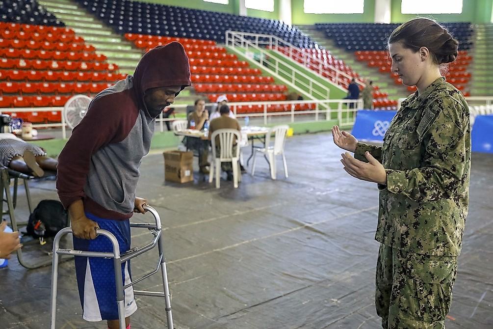 A Cabo da Marinha dos EUA Madison Kirk ensina um paciente como utilizar um andador, em uma unidade médica provisória em Santo Domingo, República Dominicana. (Foto: Terceiro-Sargento do Exército dos EUA Dedrick Johnson)